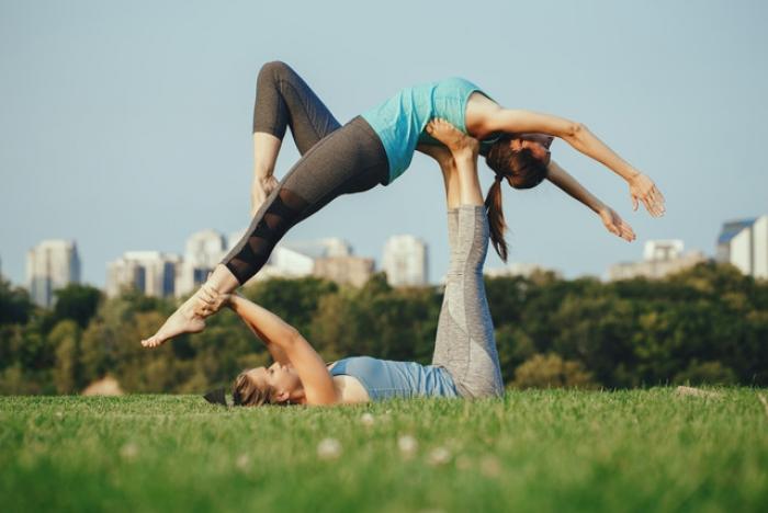 Akrobatisches Yoga